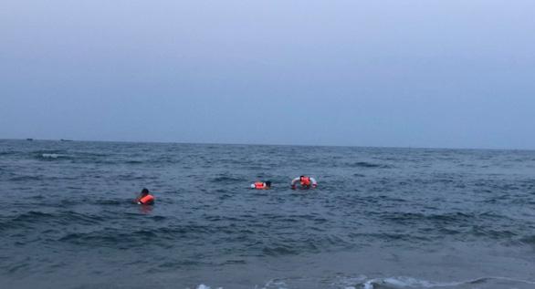 Ba nam sinh lớp 10 bị sóng cuốn, một em chết đuối - Ảnh 1.