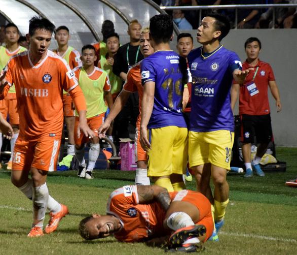 Vòng 7 V-League 2021: Hình ảnh xấu lại tiếp diễn - Ảnh 3.