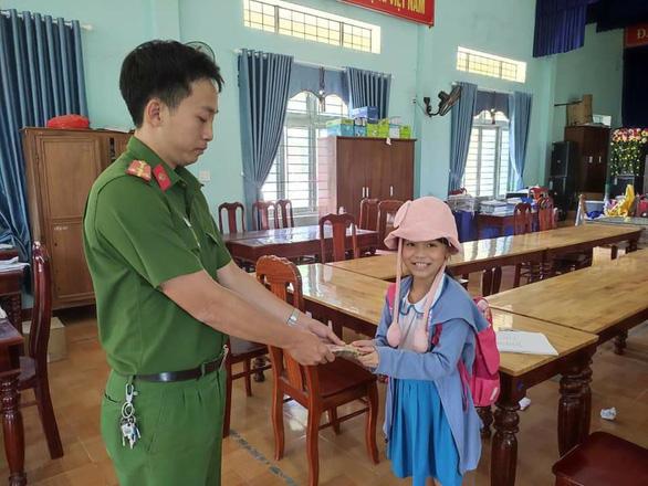 Học sinh lớp 2 trả lại số tiền 20 triệu đồng nhặt được - Ảnh 1.