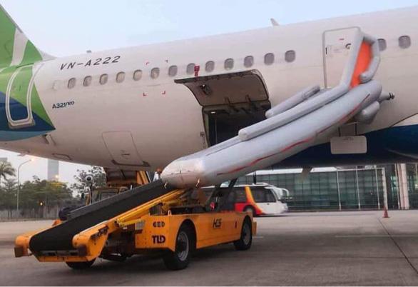 Khách tự ý mở cửa thoát hiểm làm bung cầu phao máy bay, hàng loạt chuyến bay gián đoạn - Ảnh 1.