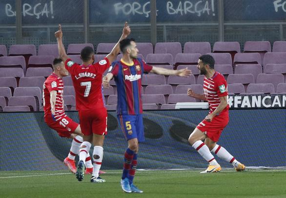 Barca thua ngược Granada, HLV Koeman bị thẻ đỏ - Ảnh 2.