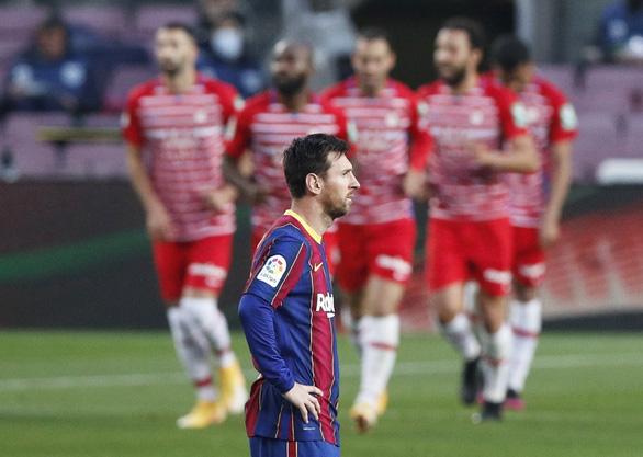 Barca thua ngược Granada, HLV Koeman bị thẻ đỏ - Ảnh 3.