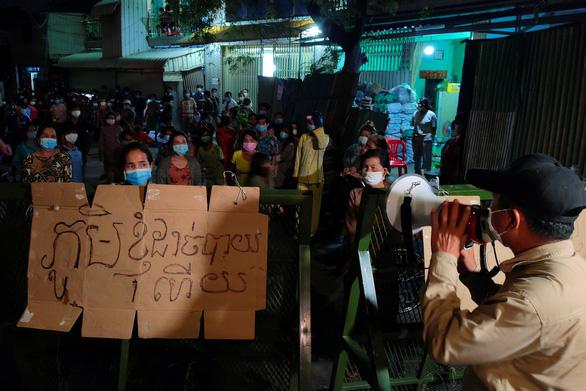 Dân vùng đỏ Campuchia đòi cung cấp thực phẩm sau 2 tuần phong tỏa - Ảnh 1.