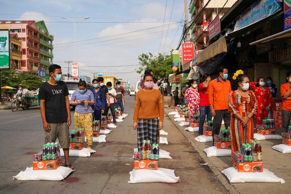 Dân vùng đỏ Campuchia đòi cung cấp thực phẩm sau 2 tuần phong tỏa - Ảnh 2.