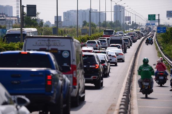 Kẹt xe hàng giờ, cả ngàn xe bò trên cao tốc Long Thành - Dầu Giây, dân bức xúc không xả trạm - Ảnh 1.