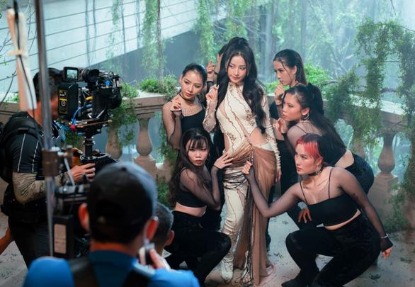 Chi Pu phủ nhận tin đồn mâu thuẫn với đạo diễn Victor Vũ - Ảnh 2.