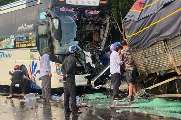 Xe khách tông trực diện xe tải, tài xế xe tải tử vong - Ảnh 1.