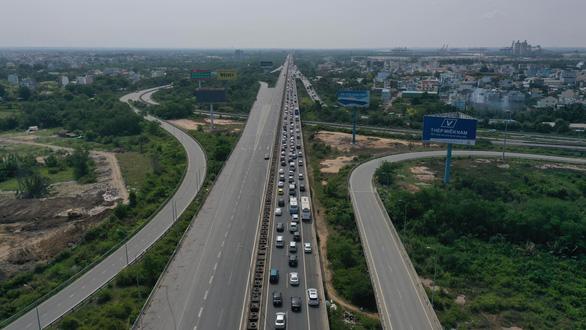 Kẹt xe hàng giờ, cả ngàn xe bò trên cao tốc Long Thành - Dầu Giây, dân bức xúc không xả trạm - Ảnh 2.