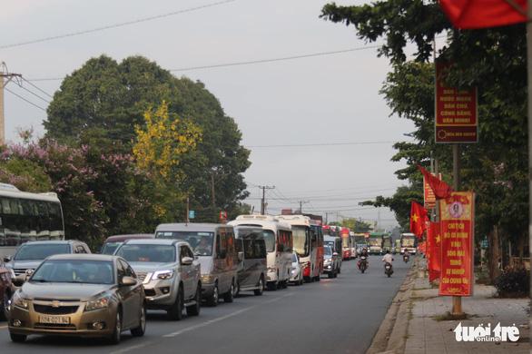 Kẹt xe nghiêm trọng, đoàn đua xe đạp Cúp truyền hình mắc kẹt trên đèo Bảo Lộc - Ảnh 5.