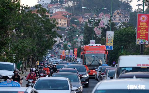 17 tiếng ngồi xe chưa đến được Đà Lạt do đèo Bảo Lộc ùn tắc - Ảnh 8.