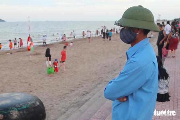 Hàng vạn người về Cửa Lò tắm biển, nhiều người quên đeo khẩu trang - Ảnh 7.