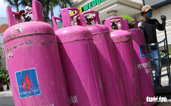 Giá gas tiếp tục giảm 'sốc' thêm 19.000 đồng - Ảnh 1.
