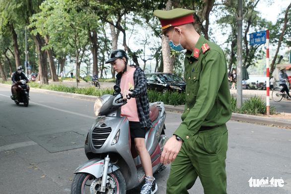 Hà Nội thẳng tay phạt người không đeo khẩu trang 2 triệu đồng - Ảnh 2.