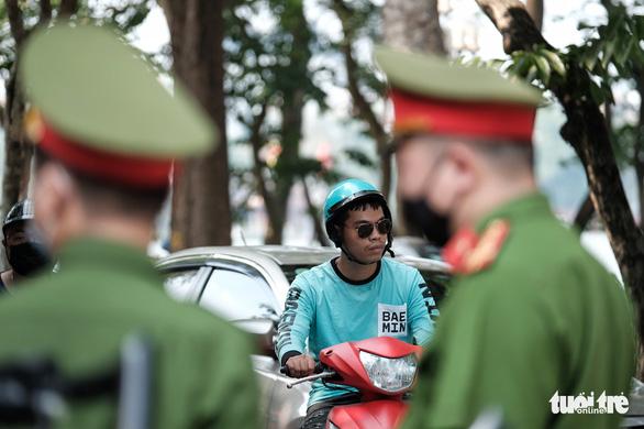 Hà Nội thẳng tay phạt người không đeo khẩu trang 2 triệu đồng - Ảnh 5.