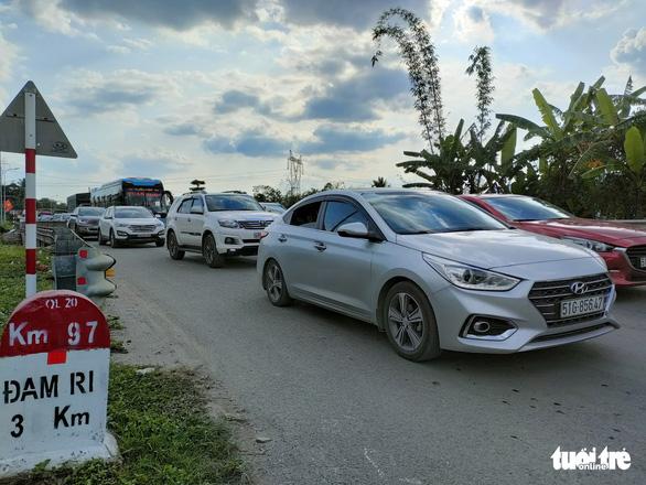 17 tiếng ngồi xe chưa đến được Đà Lạt do đèo Bảo Lộc ùn tắc - Ảnh 4.