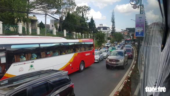 17 tiếng ngồi xe chưa đến được Đà Lạt do đèo Bảo Lộc ùn tắc - Ảnh 3.