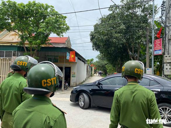 Hai người chết sau nổ súng ở TP Vinh, công an bao vây, bắt nghi phạm sau 6 giờ - Ảnh 5.