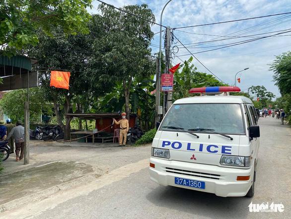 Hai người chết sau nổ súng ở TP Vinh, công an bao vây, bắt nghi phạm sau 6 giờ - Ảnh 7.