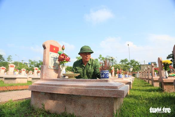 Hai cha con cựu binh 45 năm tình nguyện giữ yên giấc ngủ cho đồng đội - Ảnh 1.