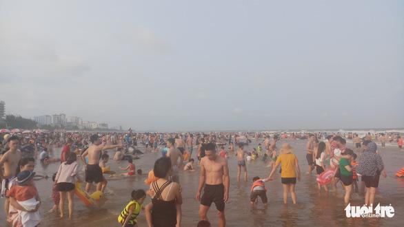 Hàng vạn người về Cửa Lò tắm biển, nhiều người quên đeo khẩu trang - Ảnh 9.