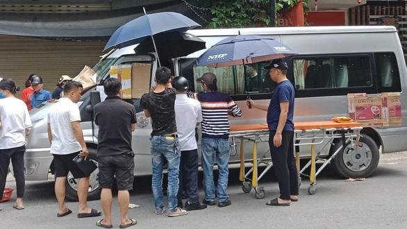 Tài xế đột tử trên ghế lái khi chuẩn bị đưa khách tham quan - Ảnh 1.