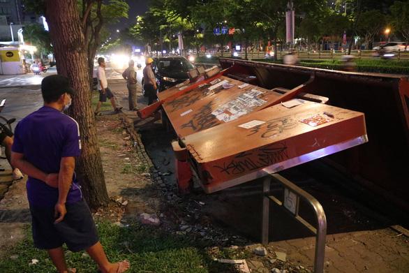 Trạm dừng xe buýt ở TP.HCM đổ sập ra đường, 2 người may mắn thoát nạn - Ảnh 2.