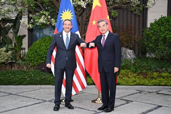 Gọi ngoại trưởng Trung Quốc là đại ca, ngoại trưởng Malaysia phải lên mạng đính chính - Ảnh 1.
