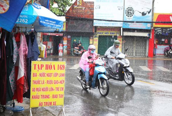 Mưa giữa trưa, Sài Gòn mát mẻ dễ chịu - Ảnh 5.