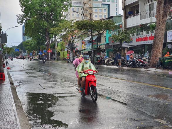 Mưa giữa trưa, Sài Gòn mát mẻ dễ chịu - Ảnh 3.