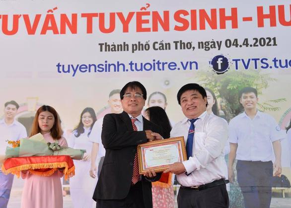 PGS.TS Đỗ Văn Dũng nhận danh hiệu 'Bạn đồng hành quanh tôi' của báo Tuổi Trẻ - Ảnh 1.