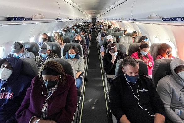 Người Mỹ tiêm đủ vắc xin được đi du lịch, không cần xét nghiệm - Ảnh 1.