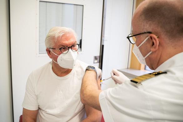 Ai dễ bị đông máu sau tiêm vắc xin AstraZeneca? - Ảnh 3.