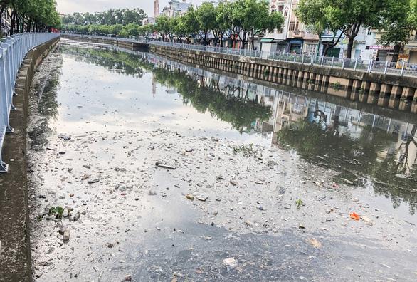 Vớt hàng chục ghe cá chết trên kênh Nhiêu Lộc - Thị Nghè - Ảnh 8.