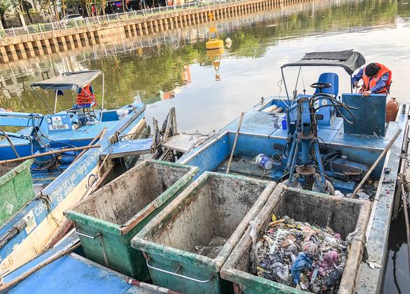 Vớt hàng chục ghe cá chết trên kênh Nhiêu Lộc - Thị Nghè - Ảnh 9.