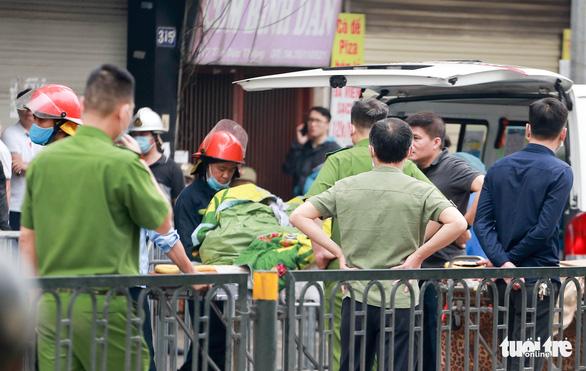 Cháy tiệm đồ sơ sinh ở Hà Nội: Hai mẹ con nằm ôm nhau, mặt cháu bé úp vào ngực mẹ - Ảnh 2.