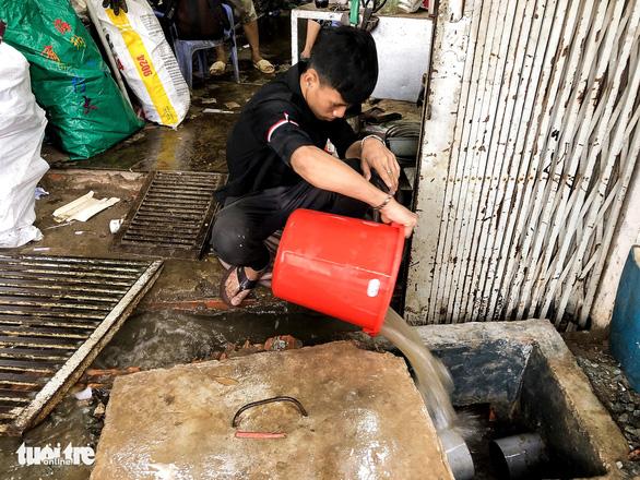 Mới mưa 'sương sương', dân đường Nguyễn Hữu Cảnh đã bị bì bõm - Ảnh 4.