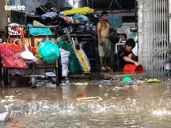 Mới mưa 'sương sương', dân đường Nguyễn Hữu Cảnh đã bị bì bõm - Ảnh 5.