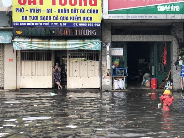 Mới mưa 'sương sương', dân đường Nguyễn Hữu Cảnh đã bị bì bõm - Ảnh 3.