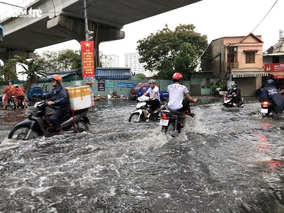 Mới mưa 'sương sương', dân đường Nguyễn Hữu Cảnh đã bị bì bõm - Ảnh 2.