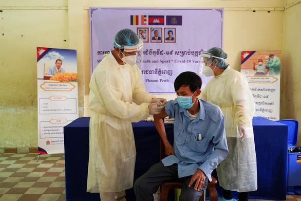 Campuchia đã tiêm vắc xin ngừa COVID-19 nhiều gấp 10 Việt Nam - Ảnh 1.