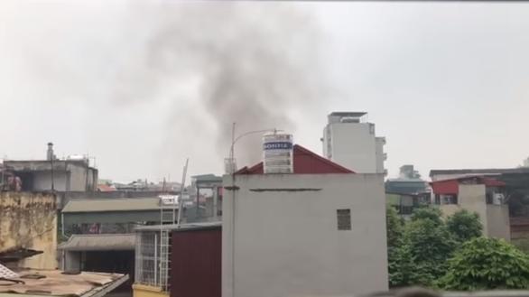 Lại cháy nhà dân trong ngõ trên phố Tôn Đức Thắng - Ảnh 2.
