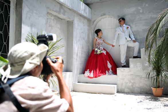 Theo chân nhóm nhiếp ảnh gia chụp ảnh cưới giá 0 đồng - Ảnh 1.