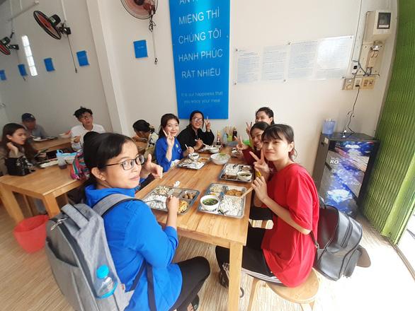 Khai trương quán cơm 'Yên vui Long Xuyên' giúp người nghèo có cơm ăn - Ảnh 2.