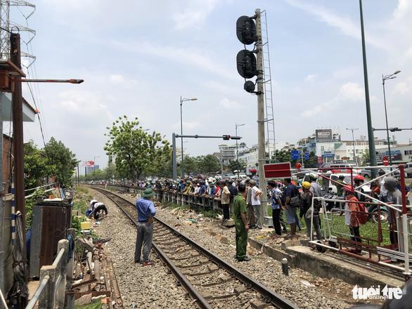 Một phụ nữ bị xe lửa cán đứt lìa 2 chân giữa trưa - Ảnh 2.