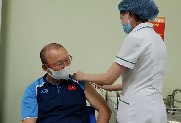 HLV Park Hang Seo được tiêm vắc xin phòng COVID-19 - Ảnh 1.