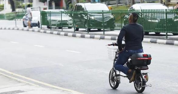 Singapore tính phạt tù người chạy xe đạp điện không thi lý thuyết - Ảnh 1.