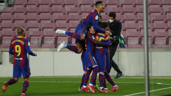 Bàn thắng phút 90 giúp Barca bám sát Atletico Madrid - Ảnh 1.