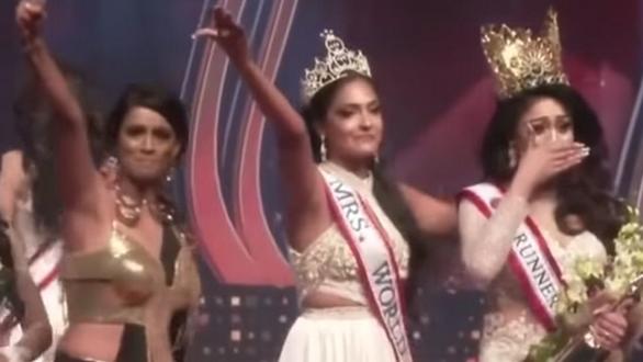 Bị đoạt vương miện trên sân khấu, hoa hậu Quý bà quốc tế Sri Lanka 2021 vừa đi vừa khóc - Ảnh 2.