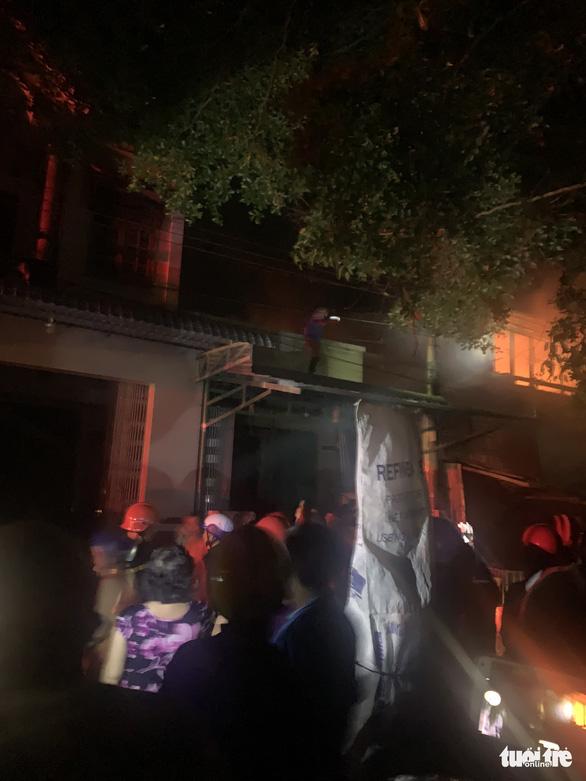 Cháy nhà san sát ven chợ Bắc Cái Đầm, bà con xung quanh túa ra dập lửa cùng PCCC - Ảnh 1.