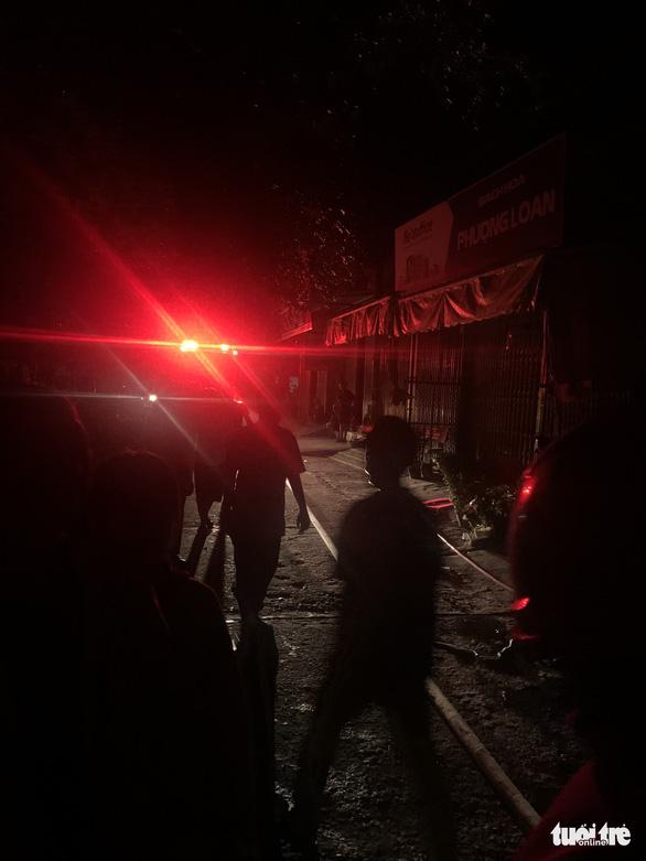 Cháy nhà san sát ven chợ Bắc Cái Đầm, bà con xung quanh túa ra dập lửa cùng PCCC - Ảnh 4.